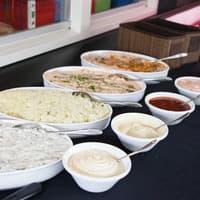 De diverse salades en sausjes staan voor u klaar!