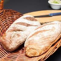 Tot slot ontvangt u ook stokbrood, kruidenboter en frites.